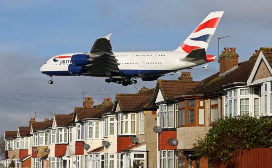 низко летящий самолет