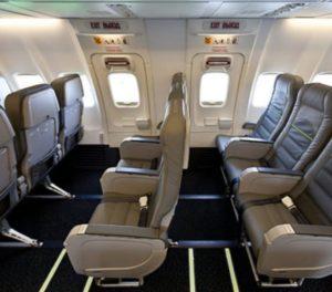 Комфортное пространство перед креслами около аварийных выходов