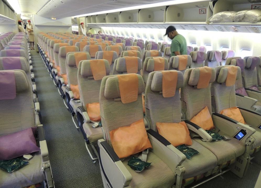 Экономический салон в Боинге 777-300 er Emirates