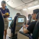 Стюардесса обслуживает пассажиров